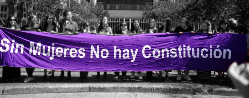 Group of women holding banner that reads sin mujeres no hay revolucion